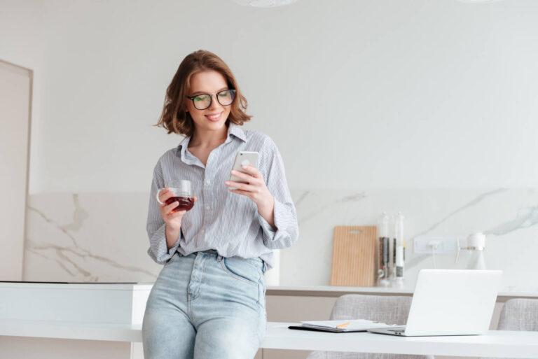 portrait-happy-woman-using-mobile-phone (2)